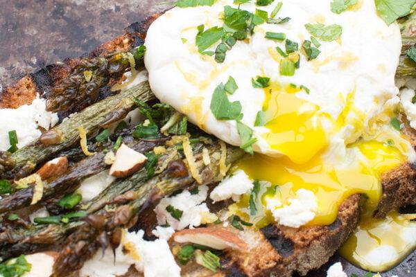 Tartines d'asperges avec féta et œuf poché [végétarien] Le Flexitarien