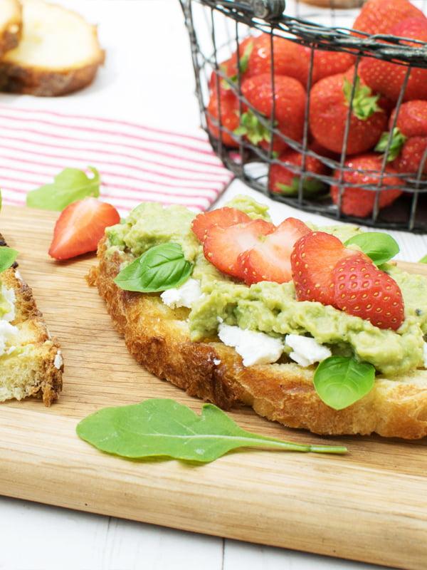 Tartines à l'avocat, aux fraises et au fromage de chèvre [végétarien] © Le Flexitarien Annabelle Randles